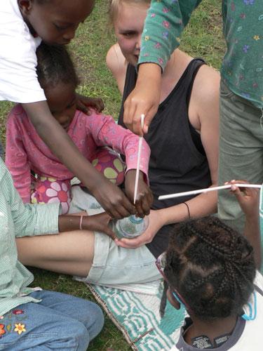 Johanna leker med barn i Awassa